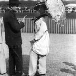 Paris 1900. La Parisienne à Longchamp.