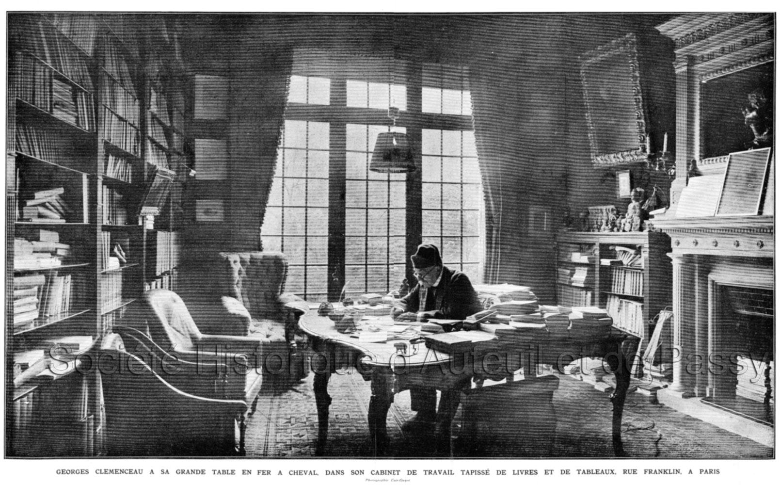 Georges CLEMENCEAU à sa table de travail, rue Franklin