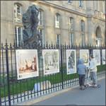 Exposition de photos sur les grilles de la mairie du 16e arrondissement de Paris